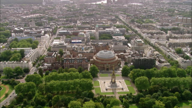 vídeos de stock, filmes e b-roll de aerial wide shot pan royal albert hall and prince albert monument and surrounding attractions / london, england - royal albert hall