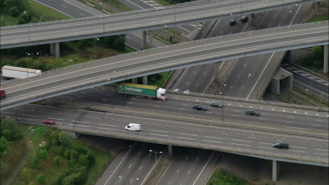 vidéos et rushes de aerial wide shot pan traffic on m4 and m25 / zoom out pan traffic / london, england - véhicule utilitaire léger