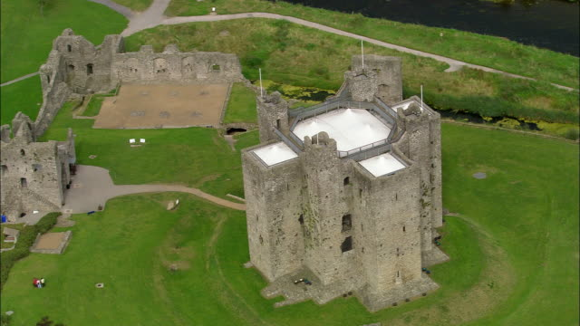 aerial wide shot pan trim castle/ county meath, ireland - castle stock videos & royalty-free footage