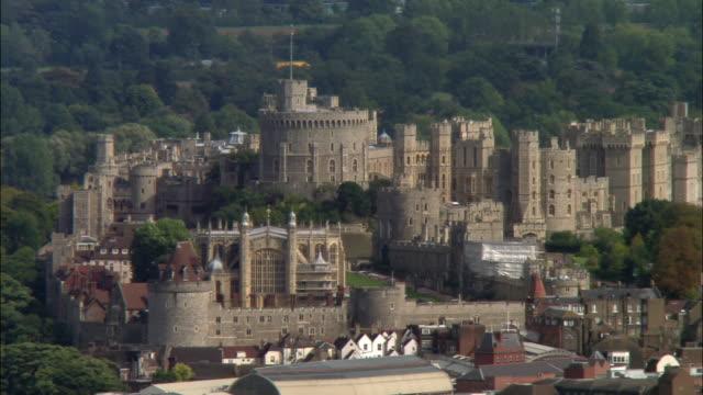 stockvideo's en b-roll-footage met aerial wide shot pan windsor castle / berkshire, england - berkshire engeland