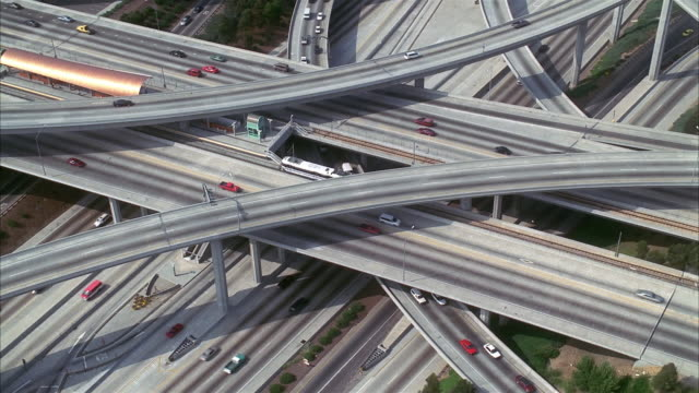 aerial wide shot point of view traffic on freeway and overpasses / los angeles, california - londonalight点の映像素材/bロール