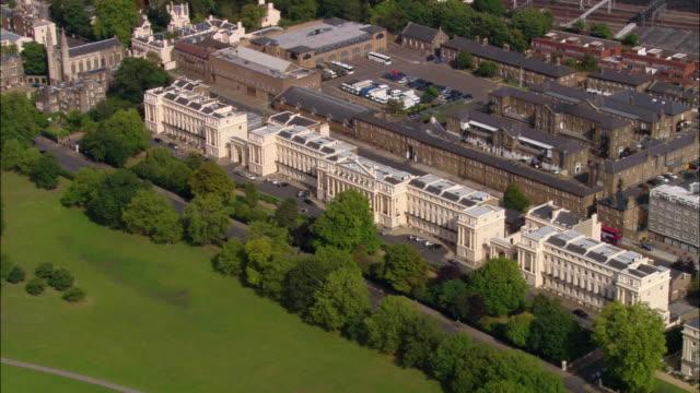 vídeos de stock, filmes e b-roll de aerial wide shot terraces on east side of regents park / london, england - parque regents