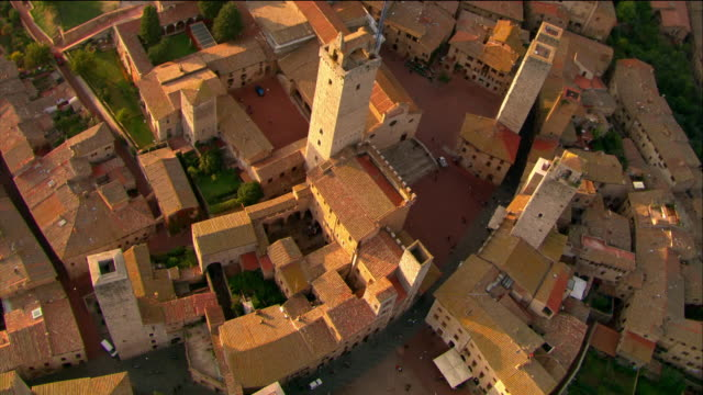 aerial wide shot to long shot circling over towers in walled medieval town / san gimignano, italy - tuscany stock videos & royalty-free footage