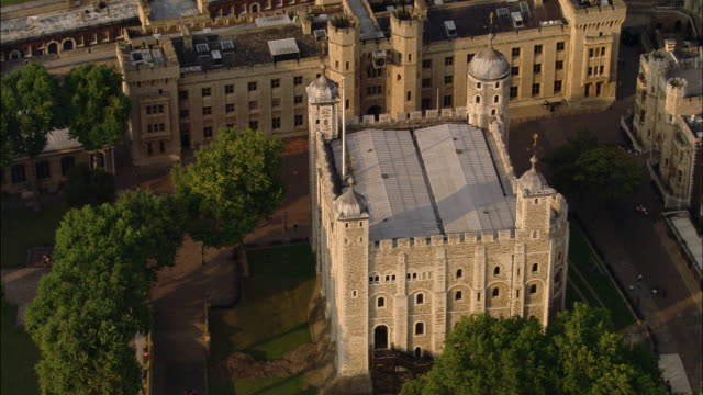 aerial wide shot tower of london / overhead view tower and courtyard / london - tower of london stock videos & royalty-free footage