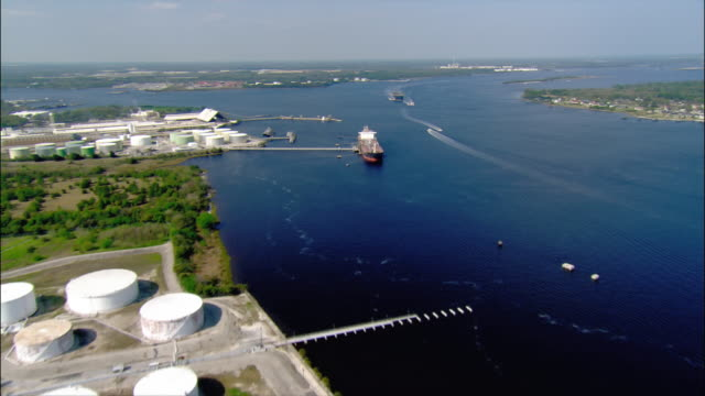 aerial wide shot waterfront industrial area/ pan boats and cargo ships in st. john's river/ jacksonville, florida - jacksonville florida video stock e b–roll
