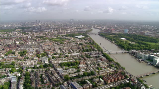 aerial wide shot zoom in approaching central london over chelsea / london, england - kensington und chelsea stock-videos und b-roll-filmmaterial