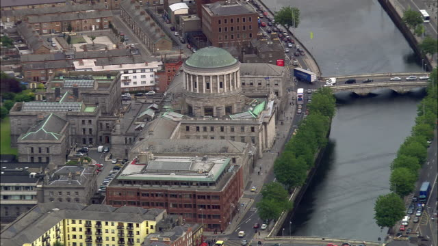 vídeos de stock e filmes b-roll de aerial wide shot zoom in four courts and river liffey/ dublin, ireland - história