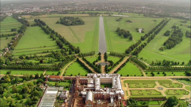 aerial wide shot zoom out hampton court palace and east garden / surrey, england - richmond upon thames stock-videos und b-roll-filmmaterial