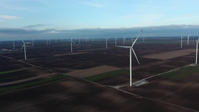 vídeos de stock e filmes b-roll de aerial wind farm - parte de