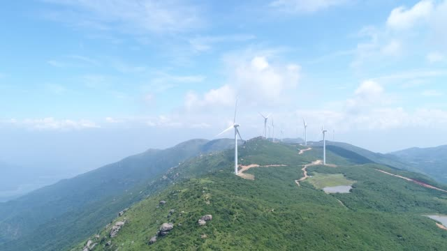 vidéos et rushes de production d'énergie éolienne aérien - groupe moyen d'objets