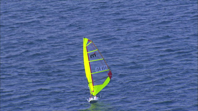aerial windsurfer in the red sea, eilat, arava, israel - wassersport stock-videos und b-roll-filmmaterial