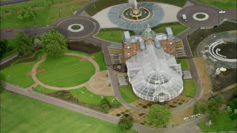 vídeos y material grabado en eventos de stock de aerial winter gardens glasshouse at people's palace / glasgow, scotland - estilo victoriano