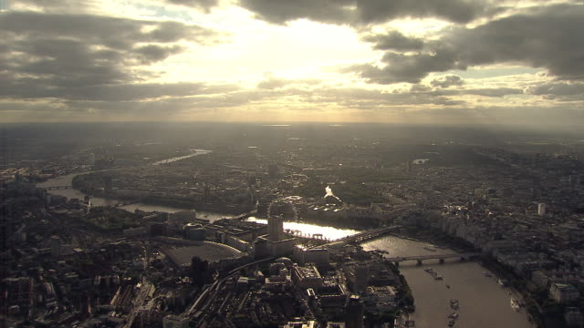 aerial w/s late afternoon autumn god-rays over south west london - fluss themse stock-videos und b-roll-filmmaterial