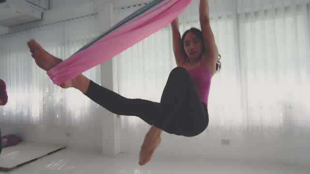 stockvideo's en b-roll-footage met aerial yoga , goede houding - flexibiliteit