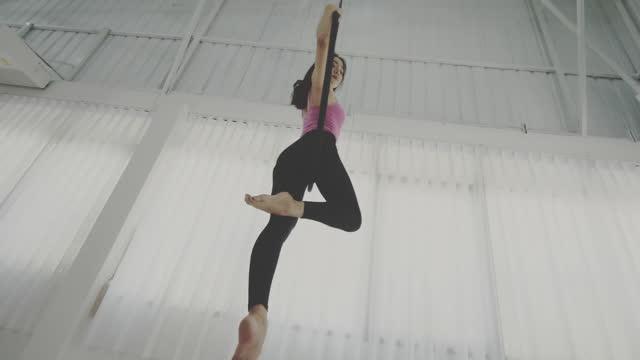 フープ付きの空中ヨガ - jumping点の映像素材/bロール