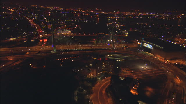 aerial ws zakim-bunker hill bridge and downtown cityscape / boston, massachusetts, usa - ザキム・バンカーヒル橋点の映像素材/bロール