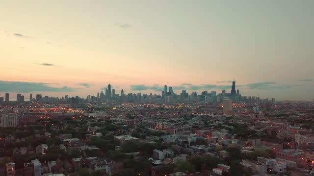 vídeos de stock, filmes e b-roll de aerial, zoom in, chicago skyline at sunset, usa - mais zoom
