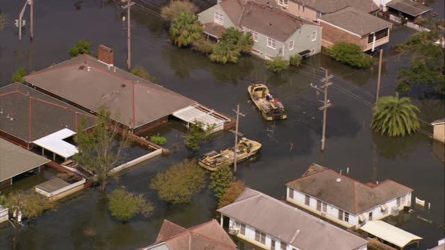 vídeos de stock, filmes e b-roll de aerial zoom in marines on amphibious military vehicles in flooded gentilly subdivision / /new orleans low angle - 2005