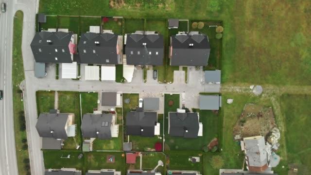 aerial zoom in der einfamilienhäuser in einer reihe nebeneinander gebaut - nachbar stock-videos und b-roll-filmmaterial