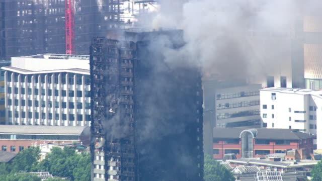 vídeos y material grabado en eventos de stock de aerial zoom in of the grenfell tower fire - perspectiva desde un helicóptero