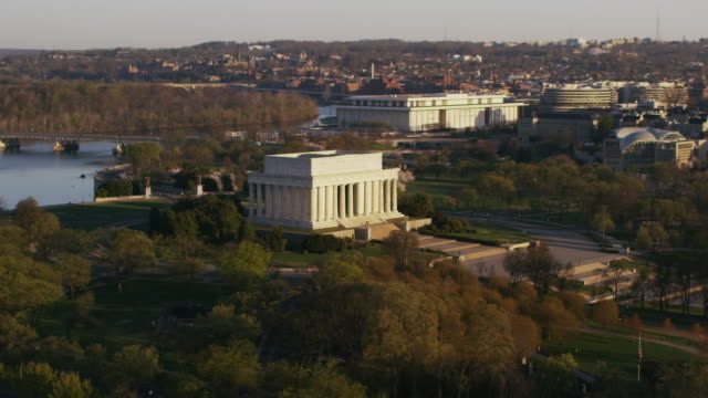 aerial zoom in on lincoln memorial sunny morning in the fall, dc - john f. kennedy center for the performing arts stock videos & royalty-free footage