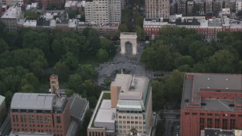 aerial zoom in on washington square park and washington monument at sunset in nyc - greenwich village stock videos & royalty-free footage