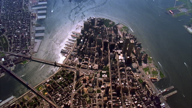 aerial zoom in over lower manhattan and world trade center / new york city - 1993年点の映像素材/bロール