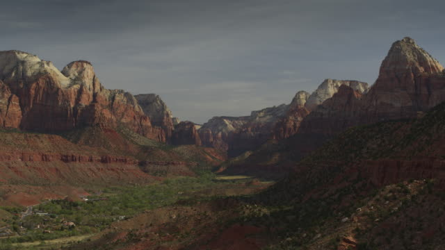 aerial zoom in to scenic view of valley in zion national park / springdale, utah, united states - ザイオン国立公園点の映像素材/bロール
