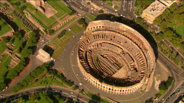 stockvideo's en b-roll-footage met aerial zoom in to tourists at the colosseum / rome, italy - amfitheater