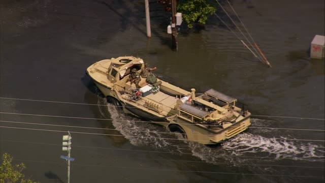 aerial zoom out amphibious military vehicles in flooded gentilly subdivision / new orleans, louisiana - 2005年点の映像素材/bロール
