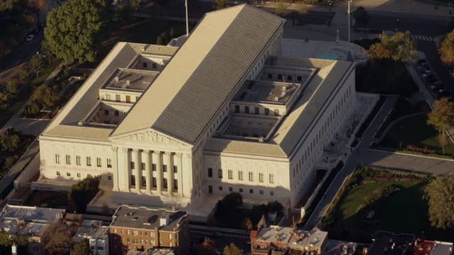 aerial zoom out from supreme court of the united states, washington dc daytime - palazzo di giustizia video stock e b–roll