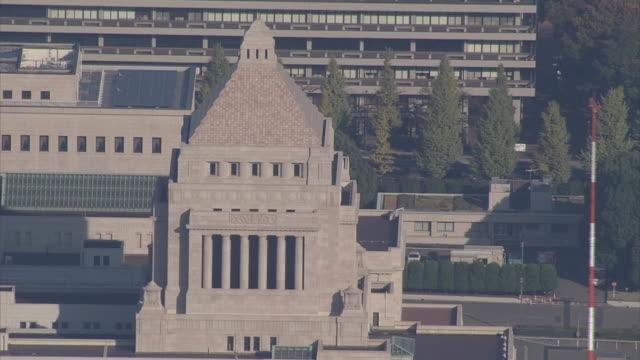 aerial zoom out from the national diet of japan nagatacho tokyo - von bäumen gesäumt stock-videos und b-roll-filmmaterial