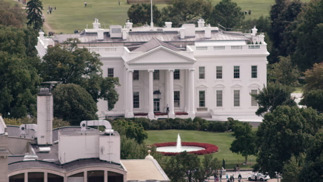 aerial zoom out from white house to reveal surrounding dc - la casa bianca washington dc video stock e b–roll