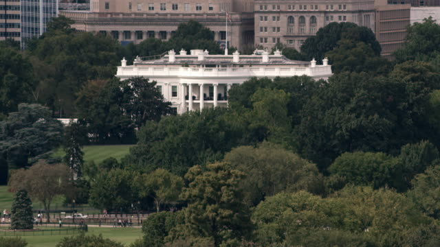 aerial zoom out from white house to reveal surrounding dc - weißes haus stock-videos und b-roll-filmmaterial
