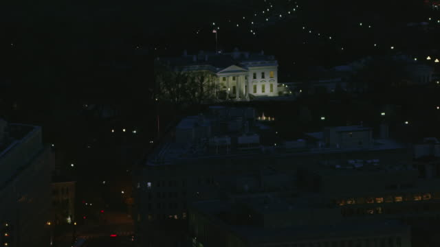 aerial zoom out from white house to reveal surrounding, night dc - washingtonmonumentet dc bildbanksvideor och videomaterial från bakom kulisserna