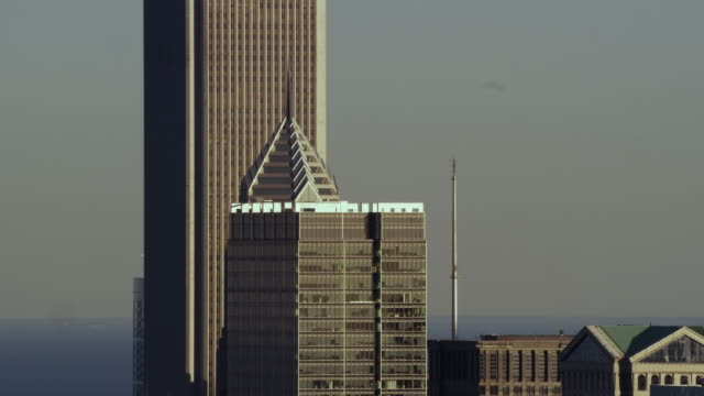 aerial zoom out shot of chicago skyline middle of day - two prudential plaza stock videos & royalty-free footage