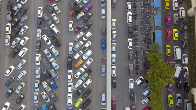 vídeos de stock e filmes b-roll de aerial:above view of parking lot - stand de carros