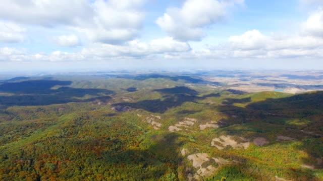 航空写真: 秋山の尾根にカラフルな森 - クワッドコプター点の映像素材/bロール