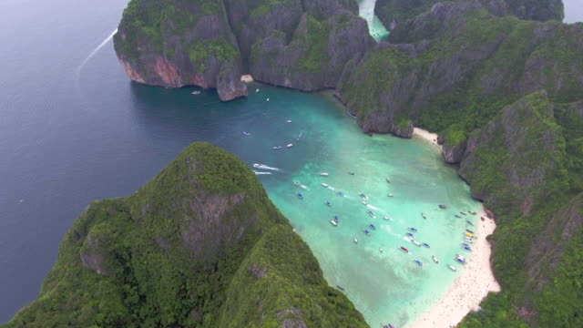 vídeos de stock e filmes b-roll de aerial:beach in the group of mountain ,maya krabi thailand - ilhas phi phi