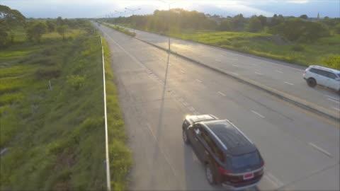 antenn: svart suv längs vägen - sports utility vehicle bildbanksvideor och videomaterial från bakom kulisserna