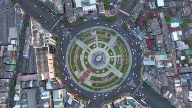 Antenne: Kreis Verkehr bei Sonnenuntergang