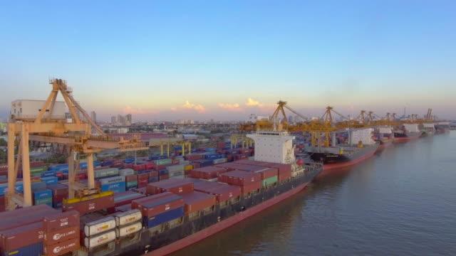 antenne: containerschiff im hafen - lastkahn stock-videos und b-roll-filmmaterial