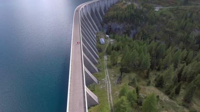 vídeos de stock e filmes b-roll de aerial:dam on alpian lago fedaia,italy - barragem estrutura feita pelo homem