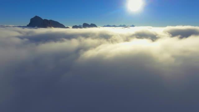antenn: flygresa genom molnen - atmosfär råmaterial bildbanksvideor och videomaterial från bakom kulisserna