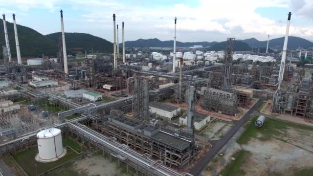 Antenne: Flug über eine Öl-Raffinerie