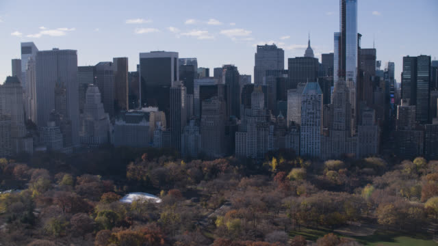 vídeos de stock, filmes e b-roll de aerialfrom upper west side, over central park toward midtown manhattan new york. skyscrapers and high rise office or apartment buildings in new york city skyline. high rise apartment buildings. - 2016