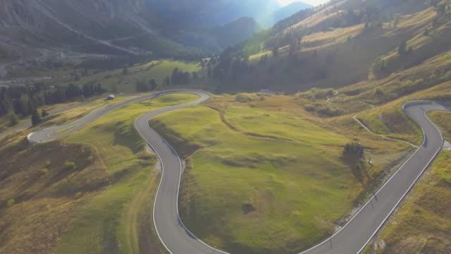 Antenne: bergpas, Dolomieten, Italië