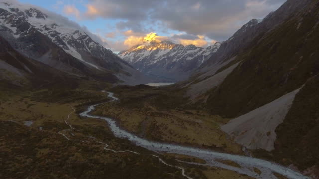 stockvideo's en b-roll-footage met aerial:mt.cook in de schemering - bergketen