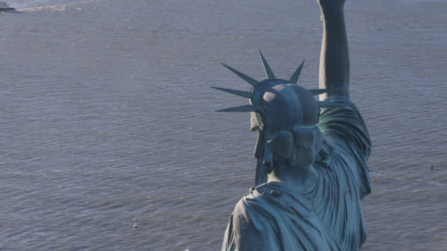 aerialof statue of liberty in new york harbor. landmarks. new jersey in bg. - weibliche figur stock-videos und b-roll-filmmaterial