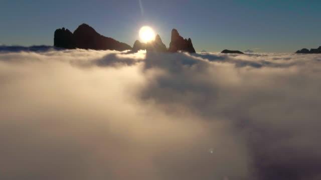 Antenne: au-dessus des nuages le matin